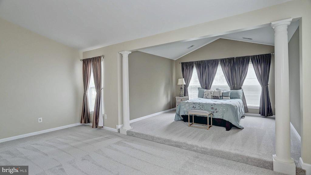 Master Bedroom, decorative columns - 43262 LECROY CIR, LEESBURG