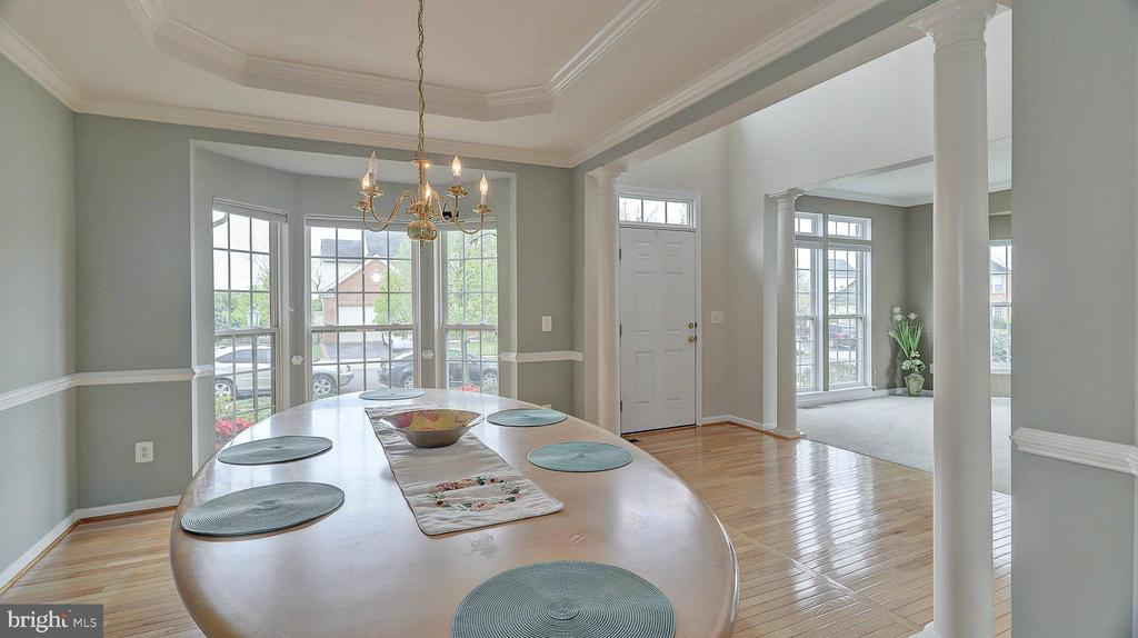 Dining Room, bay window, chair and crown molding - 43262 LECROY CIR, LEESBURG