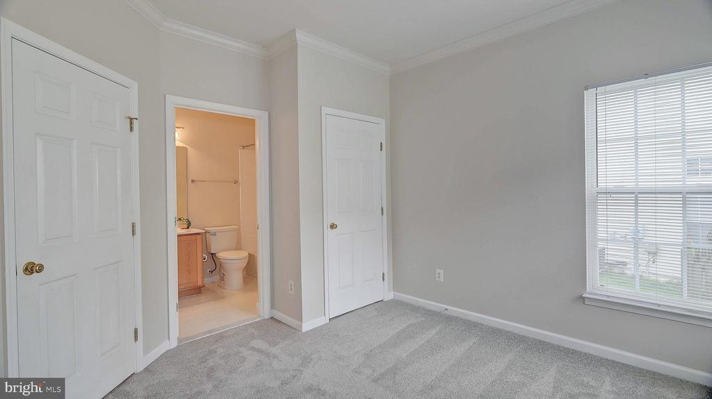 First floor Bedroom 5, access to full bath - 43262 LECROY CIR, LEESBURG