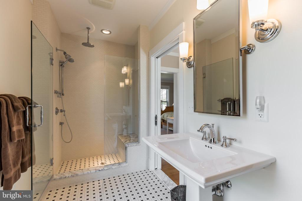 This impressive bath is available to guests - 15270 HATTON LANDING DR, NEWBURG