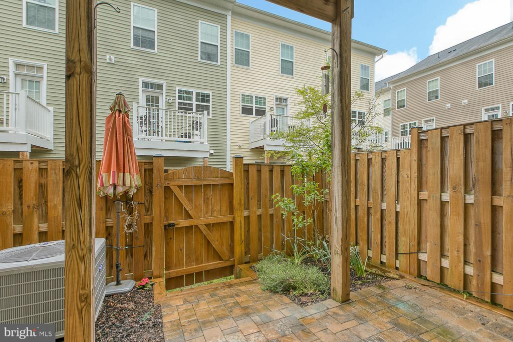 Fenced-in yard with upgraded brick patio - 7475 RIDING MEADOW WAY, MANASSAS
