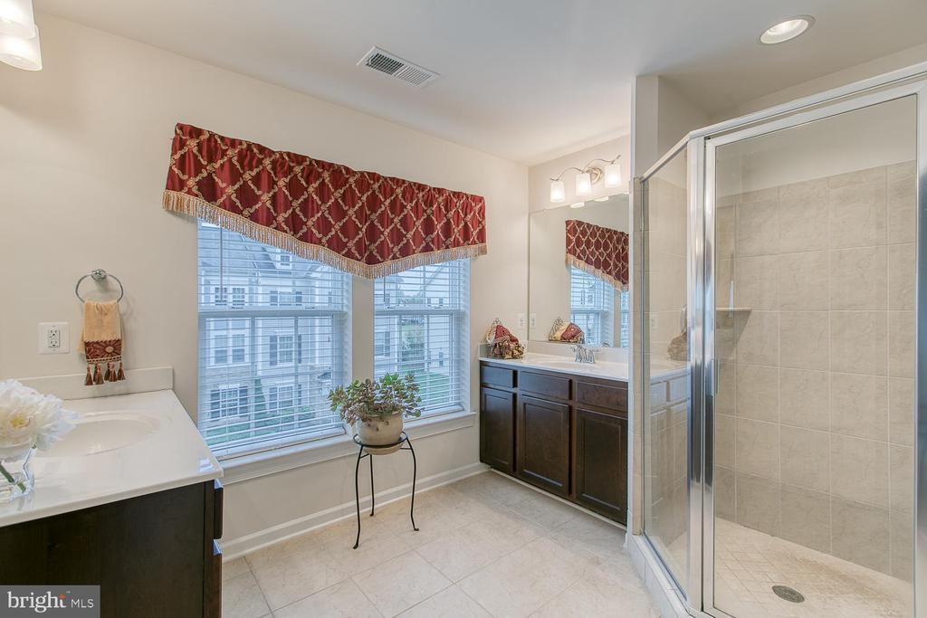 Master bath with upgraded tiles and dual vanities - 7475 RIDING MEADOW WAY, MANASSAS