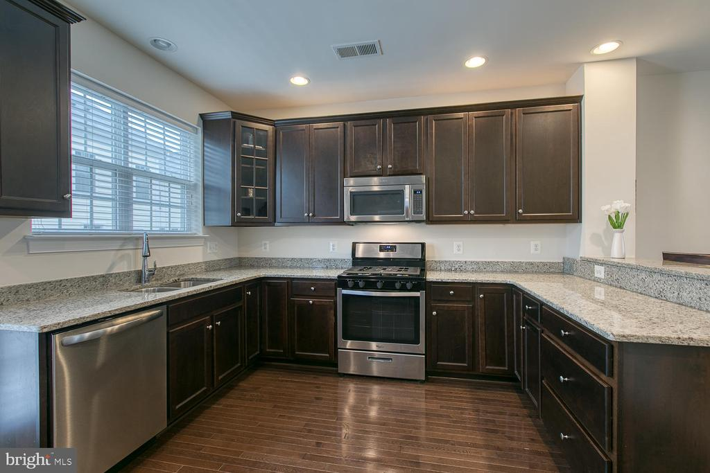 Plenty of cabinet space and a large pantry! - 7475 RIDING MEADOW WAY, MANASSAS