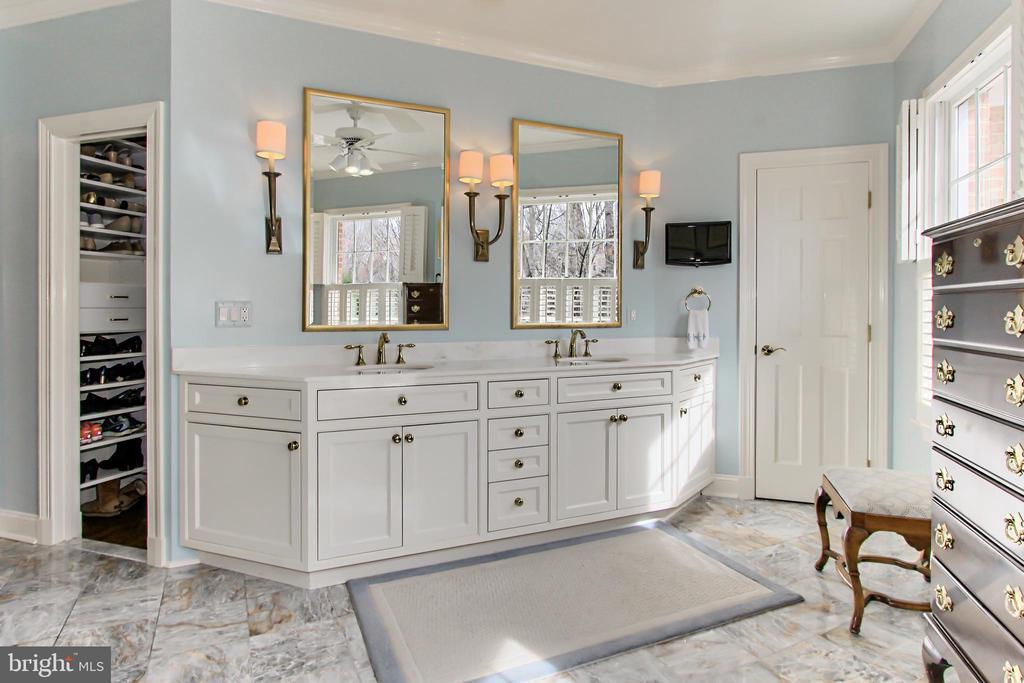 Expansive Owner's Bathroom - 4125 PARKGLEN CT NW, WASHINGTON