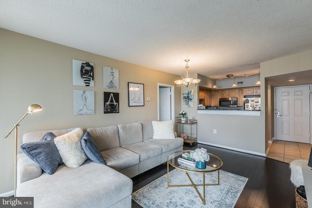Enjoy this updated, comfortable living space! - 1001 N RANDOLPH ST #819, ARLINGTON