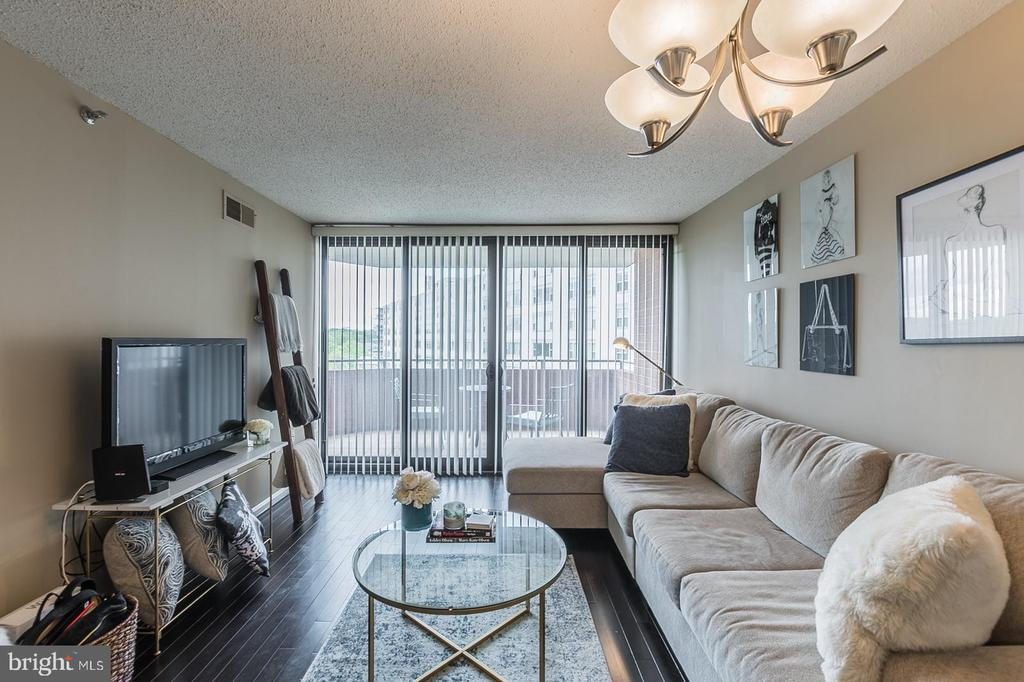 Open floor place with balcony great for gatherings - 1001 N RANDOLPH ST #819, ARLINGTON