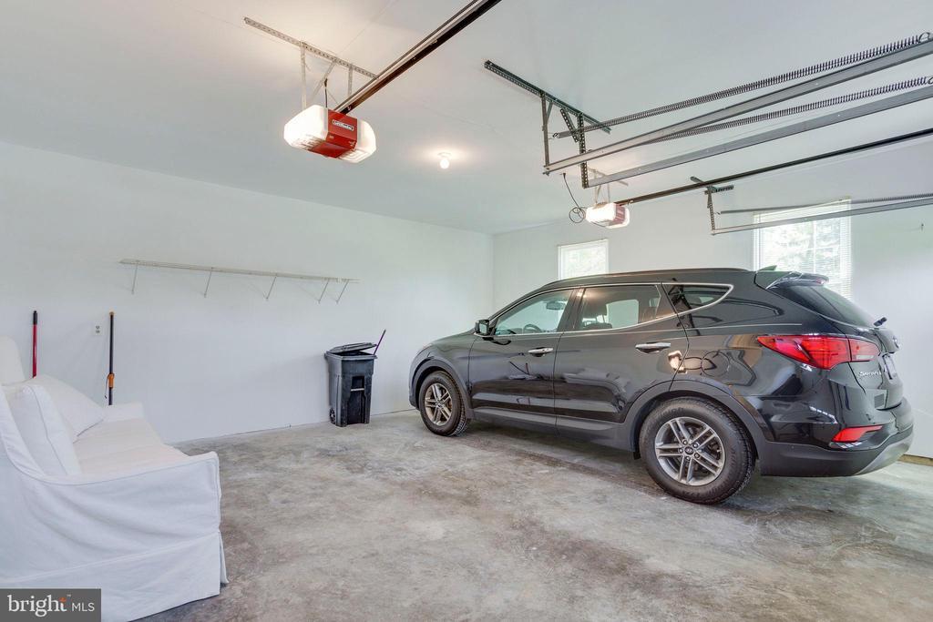 FRESHLY Painted Garage. - 2106 ROBIN WAY CT, VIENNA