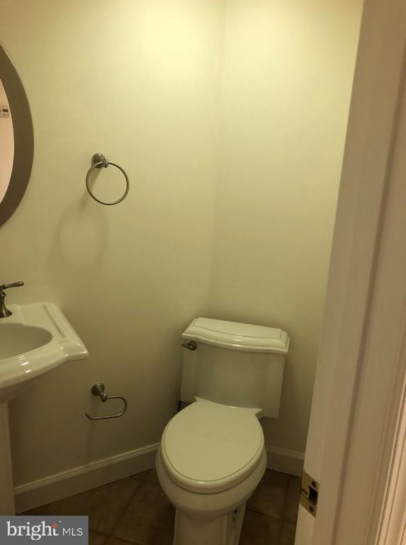 half bath in the basement - 656 9TH ST NE, WASHINGTON