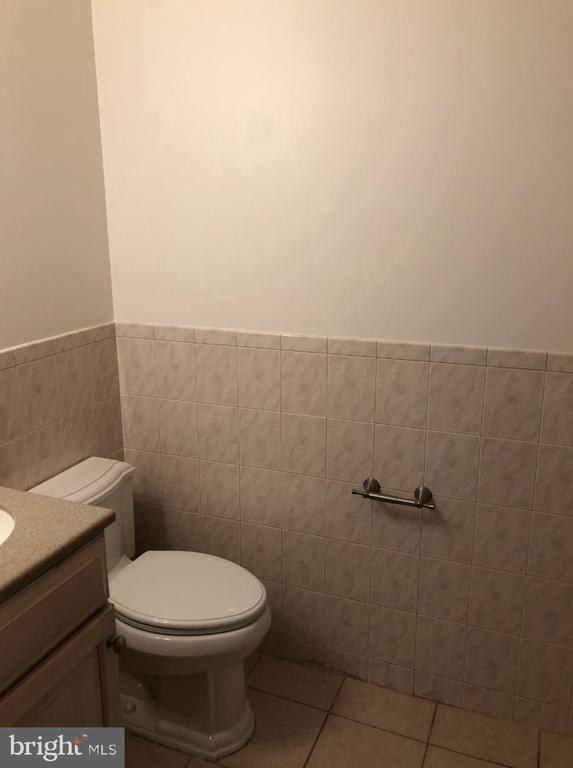 Full bath in the basement's bedroom - 656 9TH ST NE, WASHINGTON