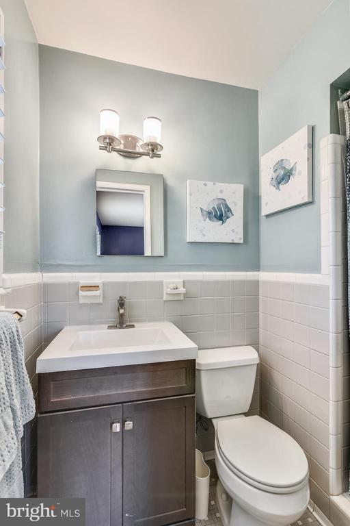 Bath on main level (en suite) - 3425 N RANDOLPH ST, ARLINGTON