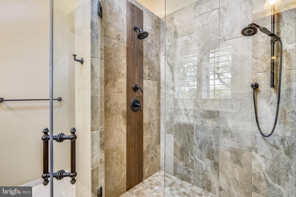 Expansive Master bath shower - 3425 N RANDOLPH ST, ARLINGTON