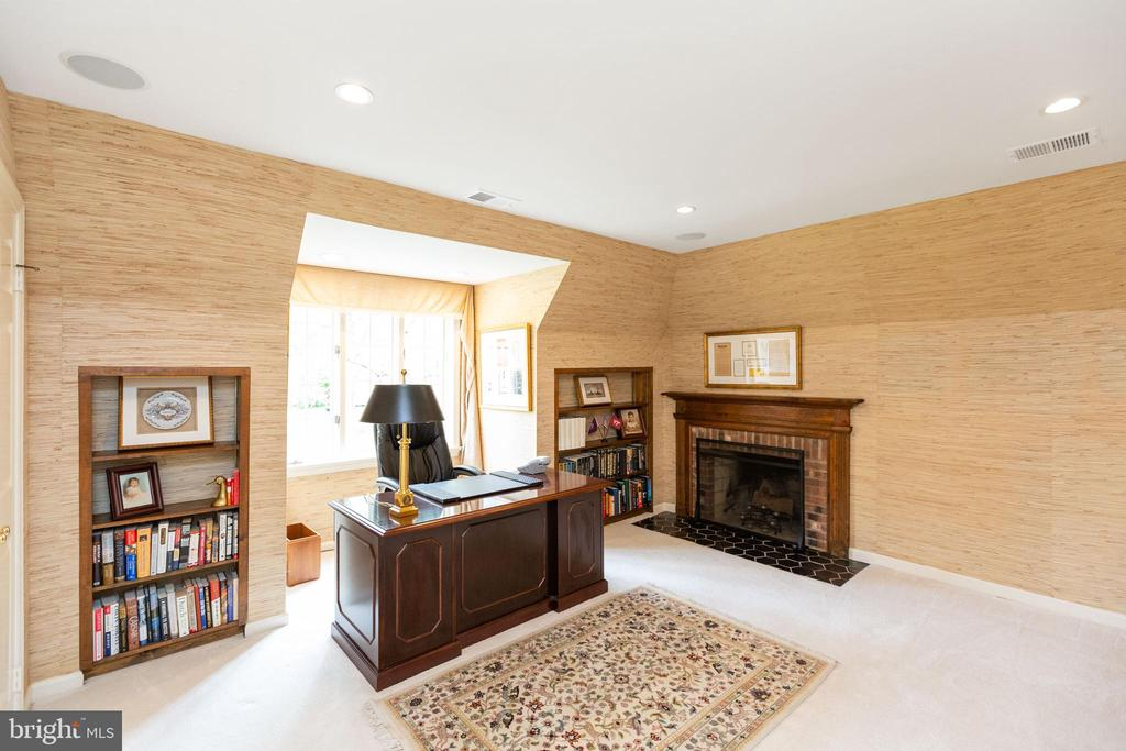 Upstairs bedroom with wood burning fireplace - 1020 MONROE ST, HERNDON