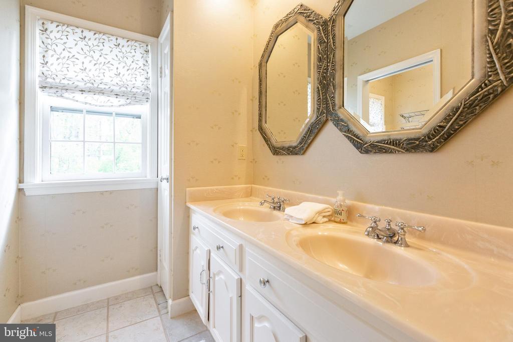 Hall bath vanity - 1020 MONROE ST, HERNDON
