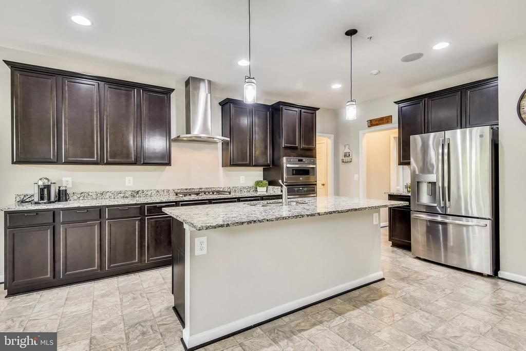 Chefs Gourmet Kitchen, plenty of prep space! - 17966 WOODS VIEW DR, DUMFRIES