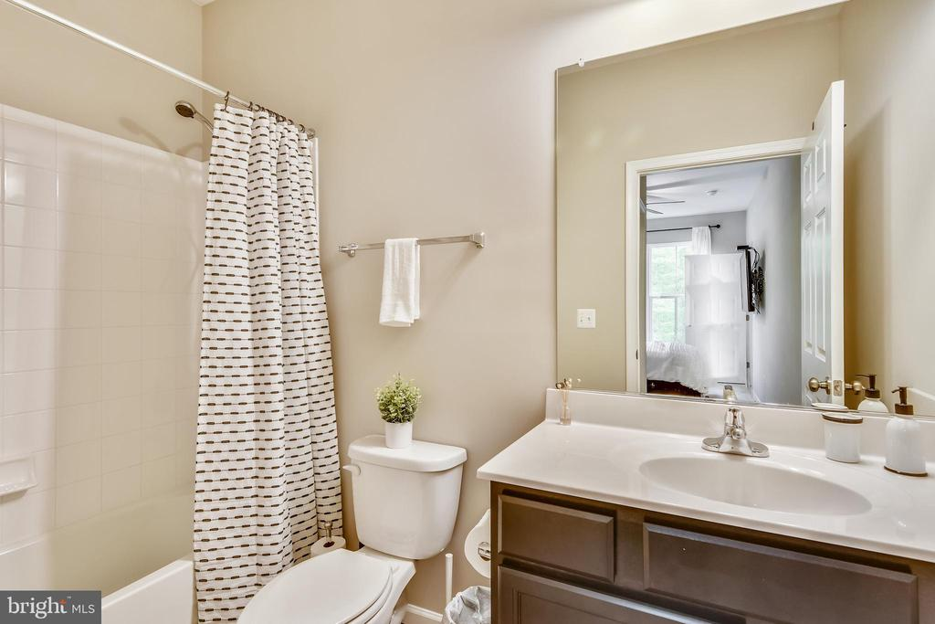 Main level bedroom has an ensuite bathroom - 17966 WOODS VIEW DR, DUMFRIES