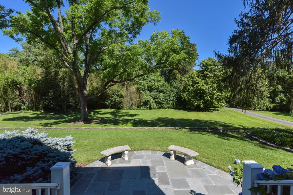 Expansive front lawn - 5937 TELEGRAPH RD, ALEXANDRIA