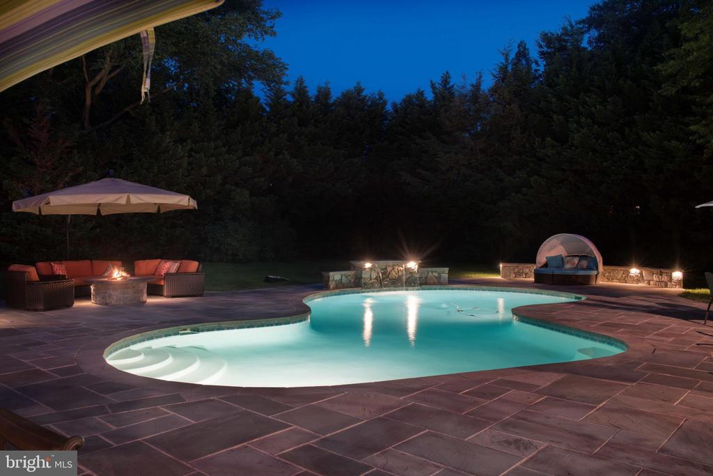 Stunning outdoor pool - 5937 TELEGRAPH RD, ALEXANDRIA