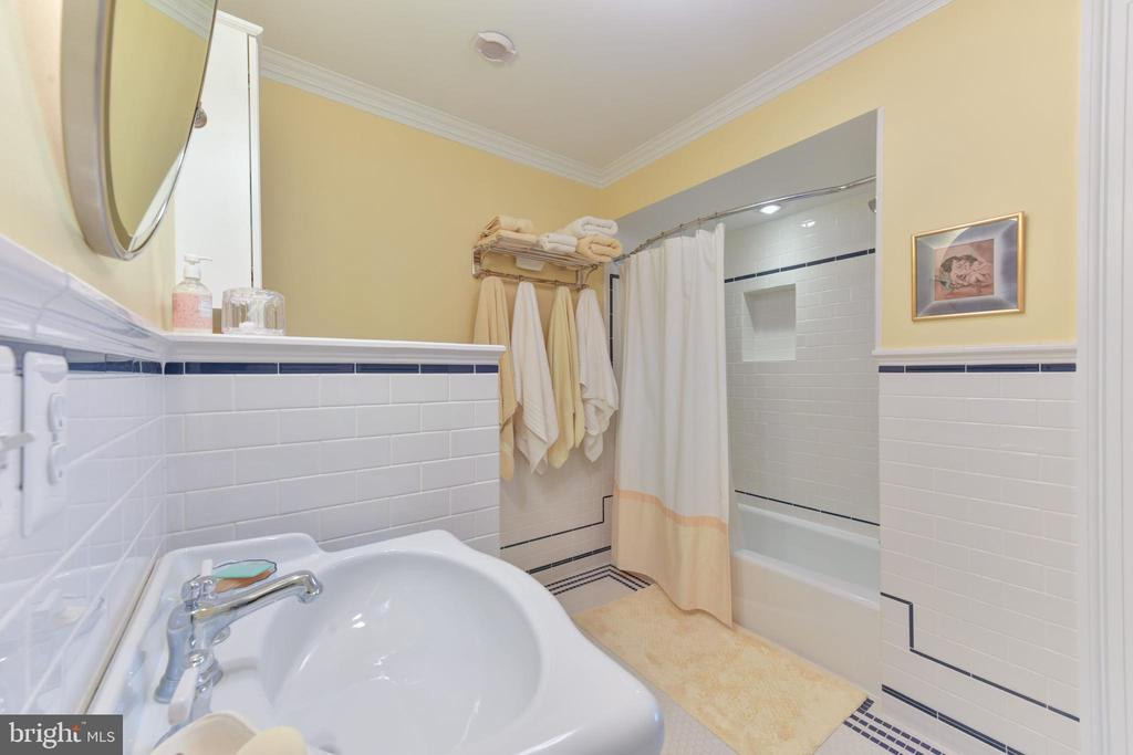 Bathroom 2 on upper level - 5937 TELEGRAPH RD, ALEXANDRIA