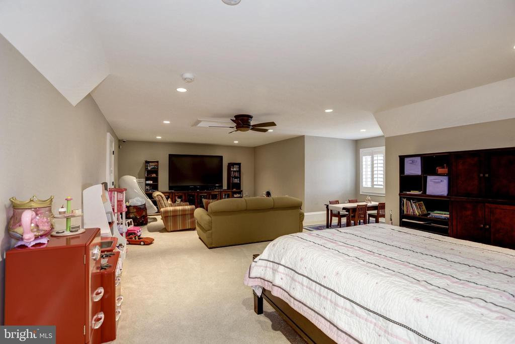 inviting retreat from bustling home life - 6537 36TH ST N, ARLINGTON