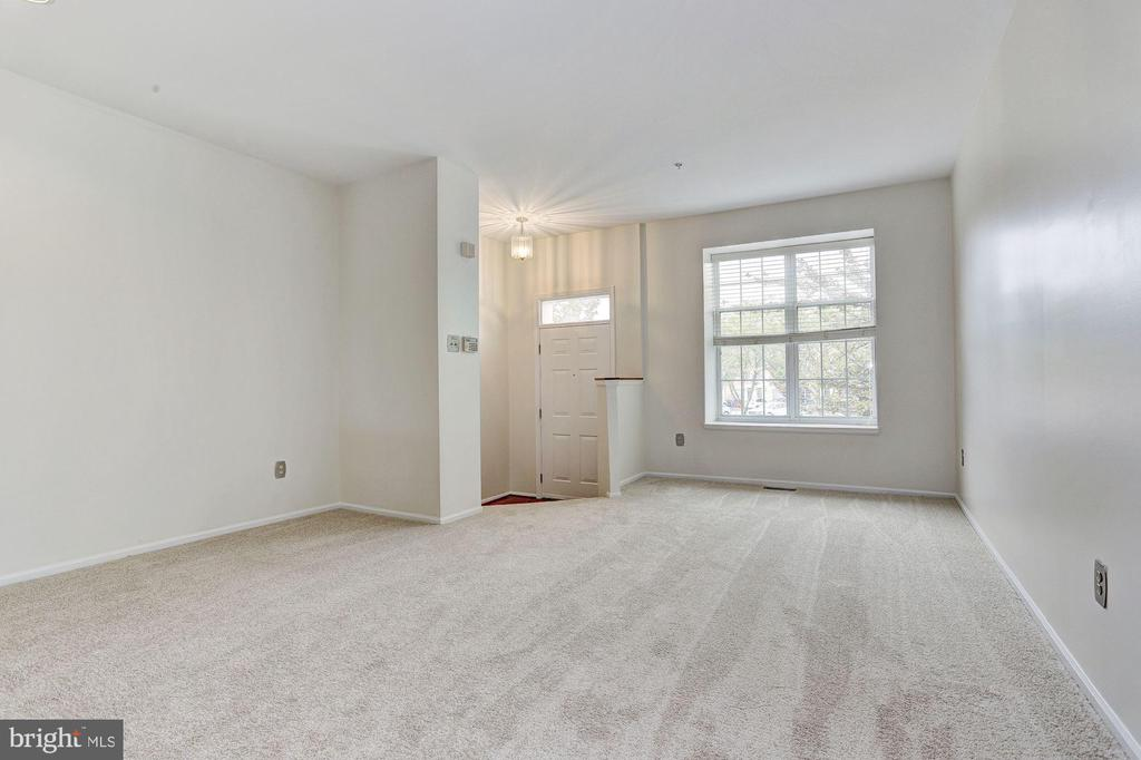 Open floor plan living & dining rooms - 8405 GLAD RIVERS ROW, COLUMBIA