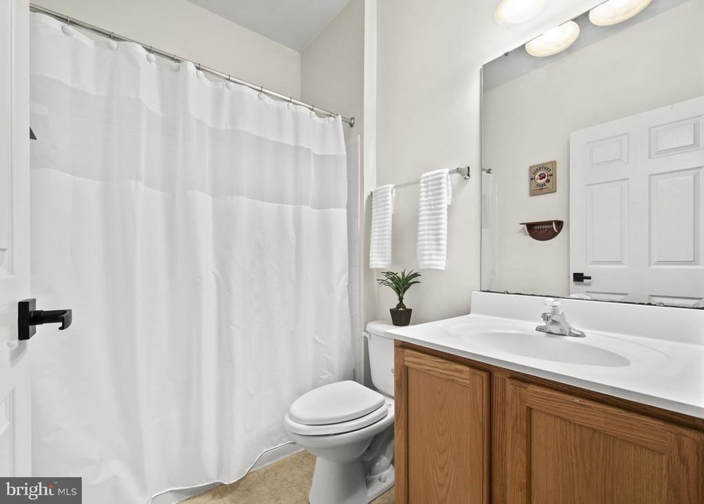Bedroom 4's Full Bathroom - 5442 EAGLE OWL CT, WALDORF