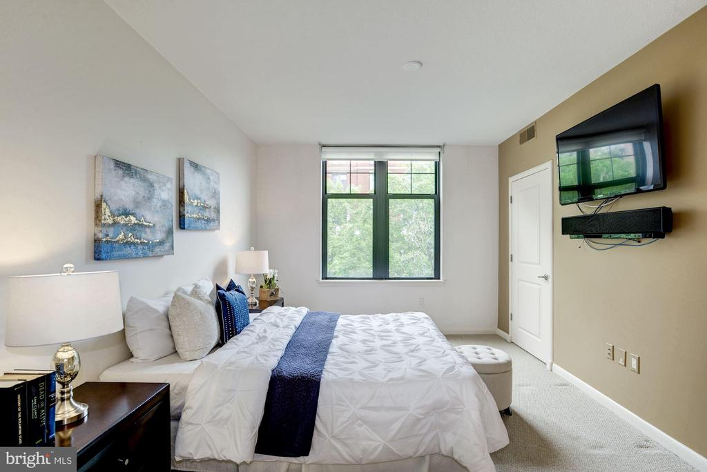 Master bedroom with 2 walk in closets. TV conveys. - 1021 N GARFIELD ST #409, ARLINGTON