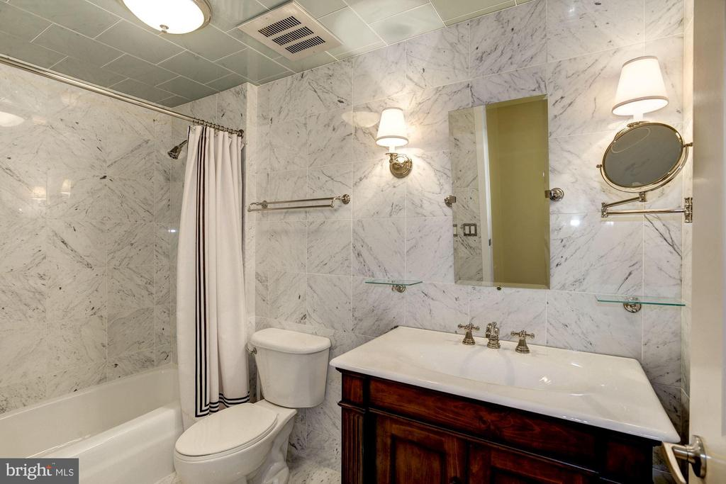 2nd bath w/white Carrara marble & Italian glass. - 1021 N GARFIELD ST #409, ARLINGTON