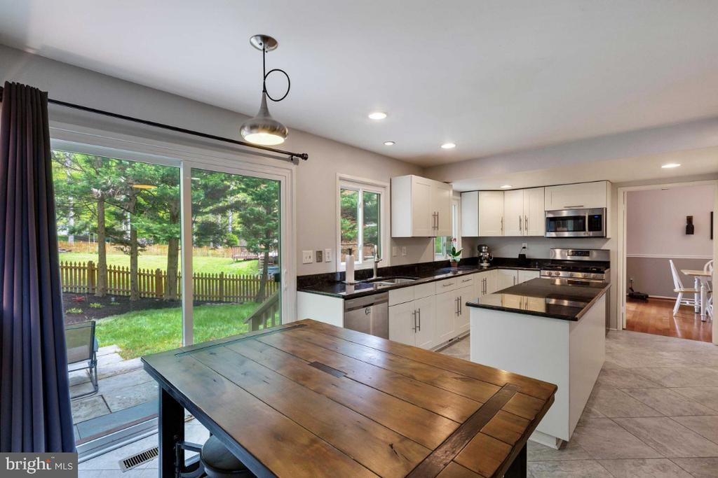 Kitchen w/ Sliding Doors to Rear Yard - 6505 CRAYFORD ST, BURKE