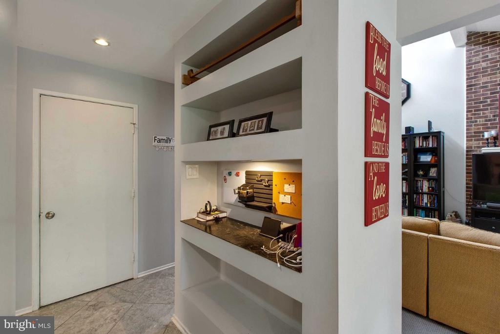 Lovely Shelf Space - 6505 CRAYFORD ST, BURKE