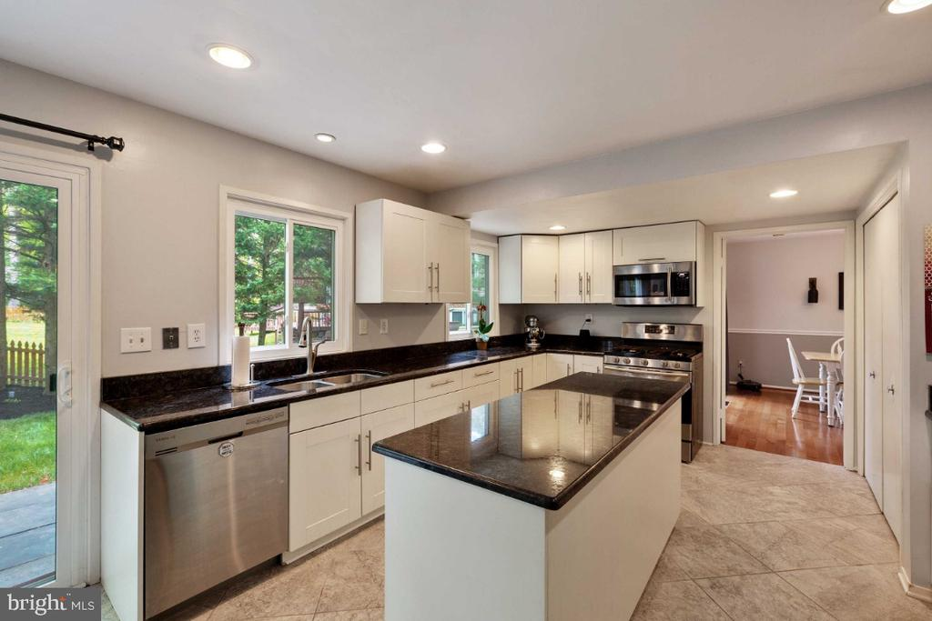 Kitchen w/ Large Island - 6505 CRAYFORD ST, BURKE