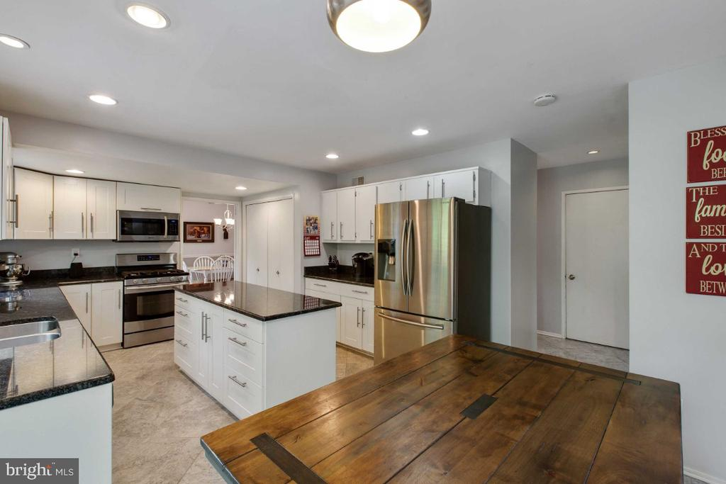 Kitchen w/ space to eat - 6505 CRAYFORD ST, BURKE