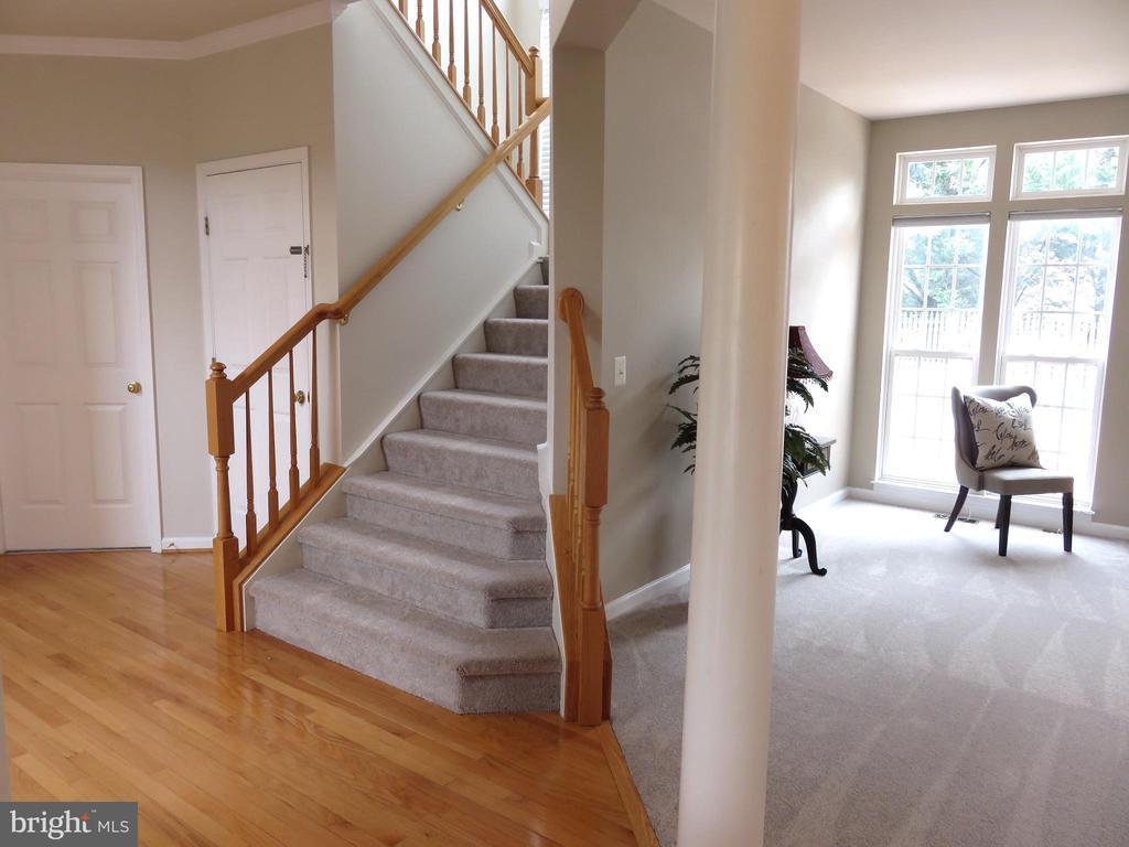 Foyer, waterfall stairs - 43262 LECROY CIR, LEESBURG