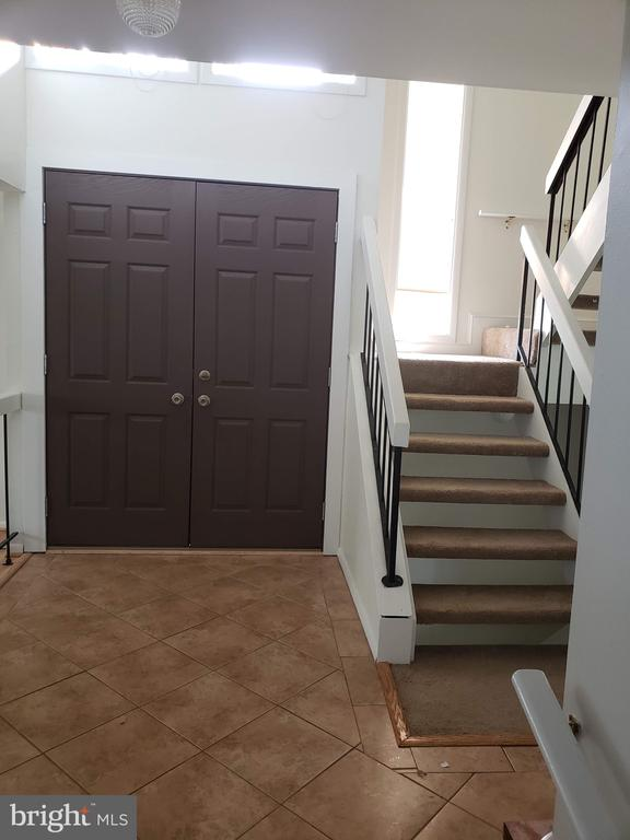 Foyer and stairs to upper level - 18400 STONE HOLLOW DR, GERMANTOWN