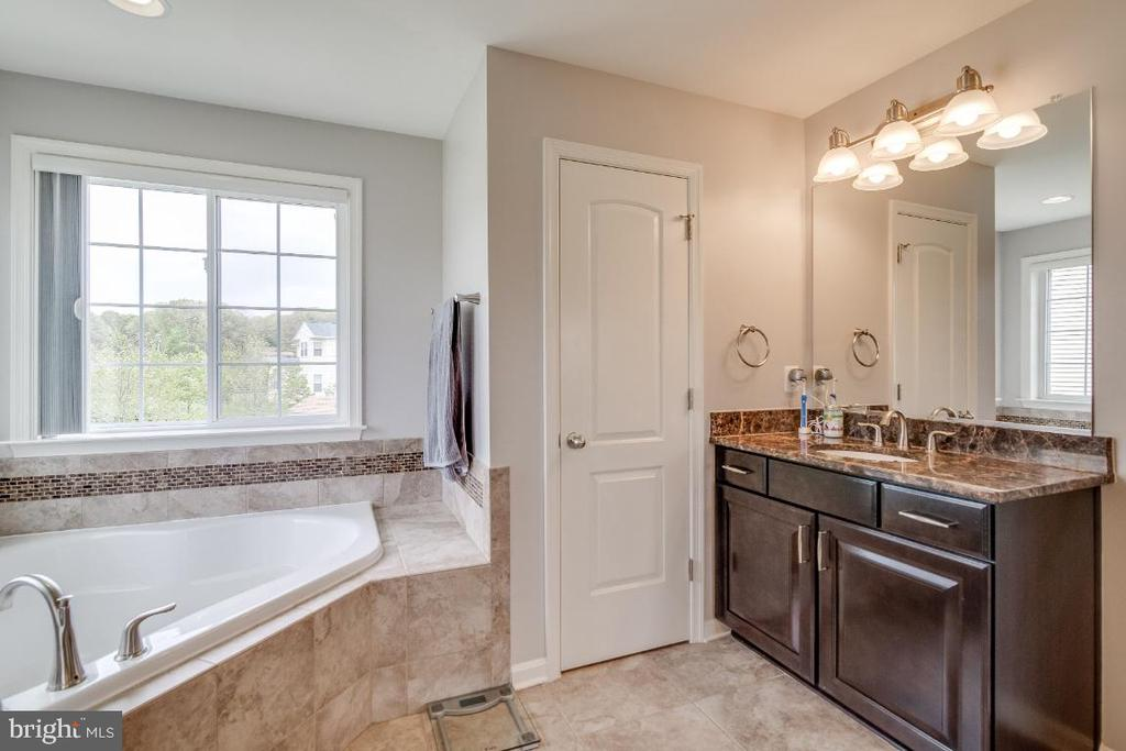 Master Bathroom with double vanities - 6008 FOX HAVEN CT, WOODBRIDGE