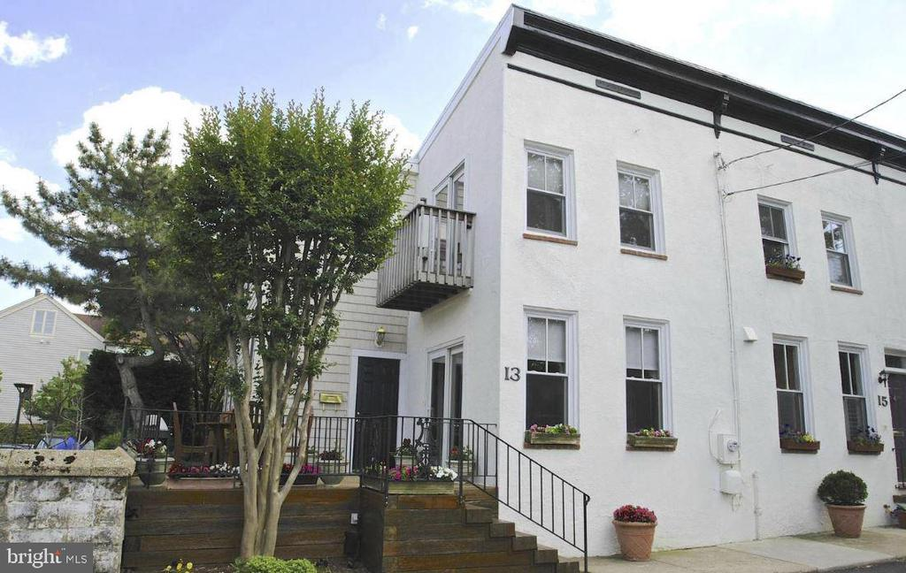 Ideally located end unit.  Welcome home. - 13 JEREMYS WAY, ANNAPOLIS