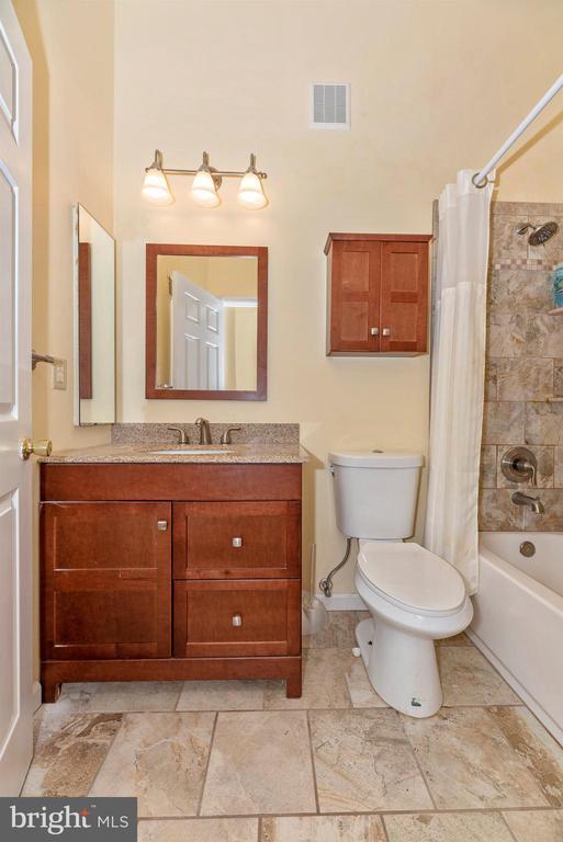 Upper Level Hall Full Bathroom - 6204 ILLINOIS CT, NEW MARKET