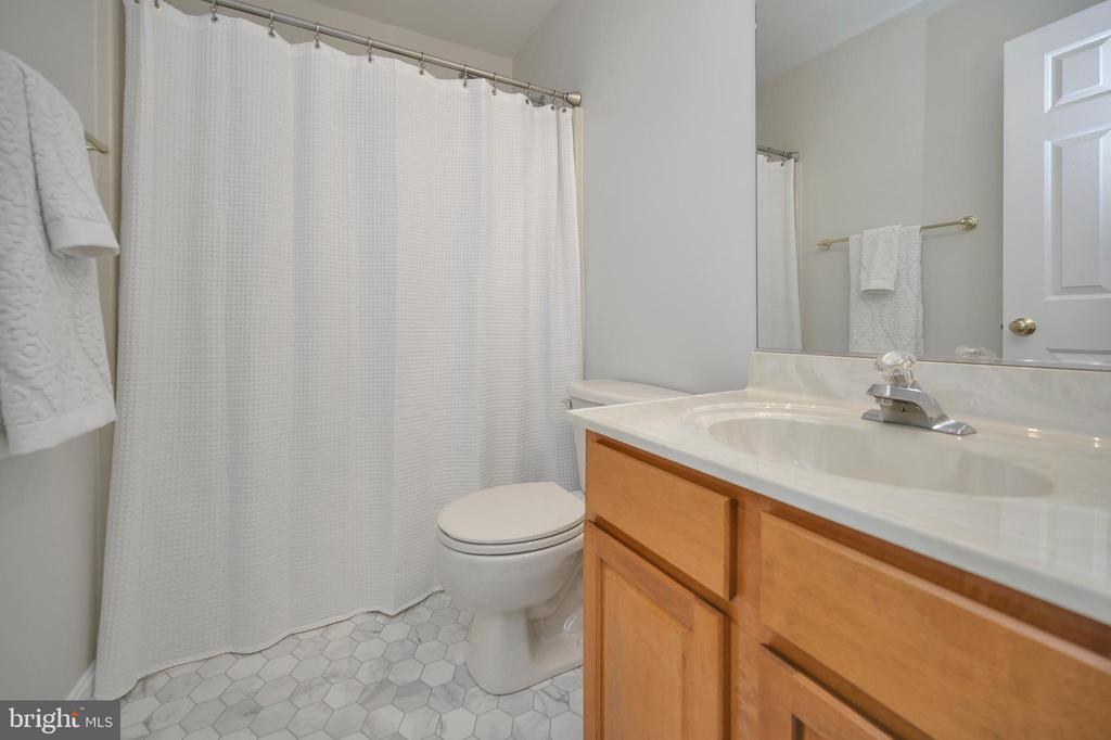 Guest Wing Full Bath with new flooring - 228 YORKTOWN BLVD, LOCUST GROVE