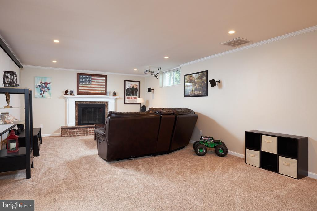 LL recreation room w/wood burning fireplace - 2912 S GRANT ST, ARLINGTON