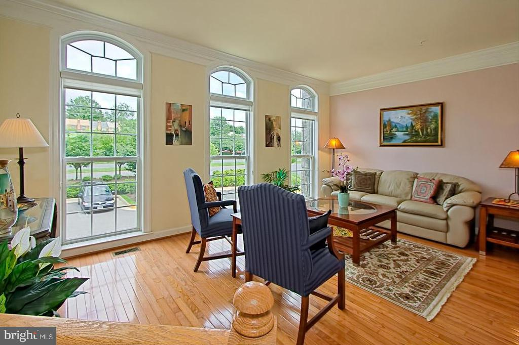 Sunlit Living Room with Palladian windows - 6719 ASPEN TRACE CT, ANNANDALE