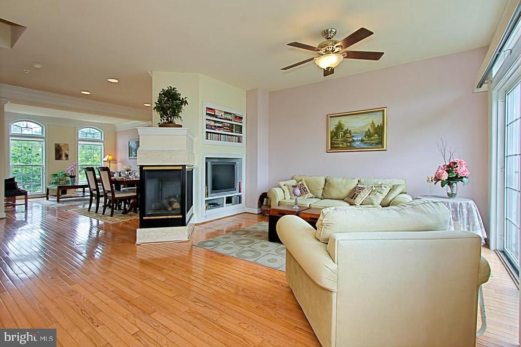 Sunlit Family Room w/built in book case - 6719 ASPEN TRACE CT, ANNANDALE