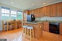 Bright Kitchen with gas cooktop  and seating - 6719 ASPEN TRACE CT, ANNANDALE