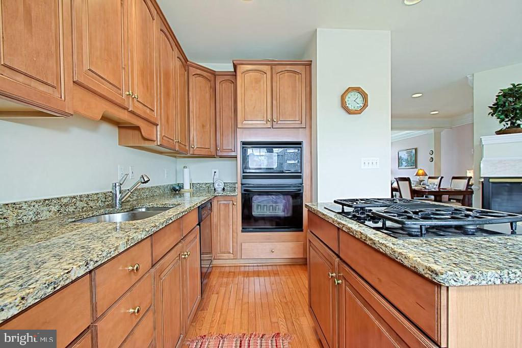 Maple Cabinets and granite countertops, hardwoods - 6719 ASPEN TRACE CT, ANNANDALE