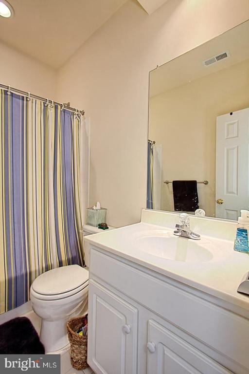 Full Bath with Tub/Shower - 6719 ASPEN TRACE CT, ANNANDALE