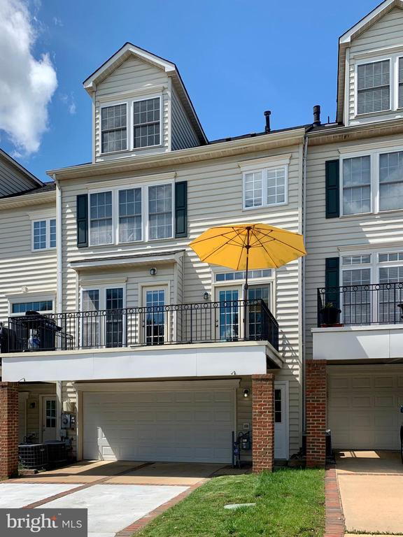 Low maintenance yard with Deck and Garage - 43771 APACHE WELLS TER, LEESBURG