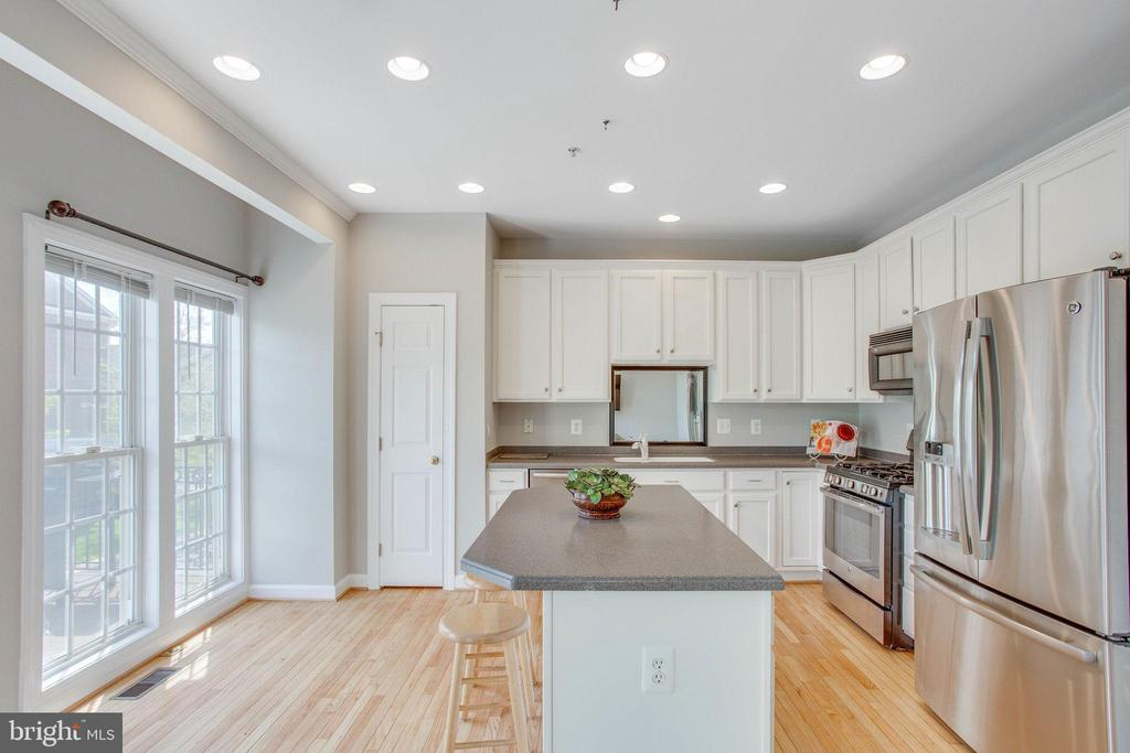 Freshly painted walls and newly refinished floors - 43771 APACHE WELLS TER, LEESBURG