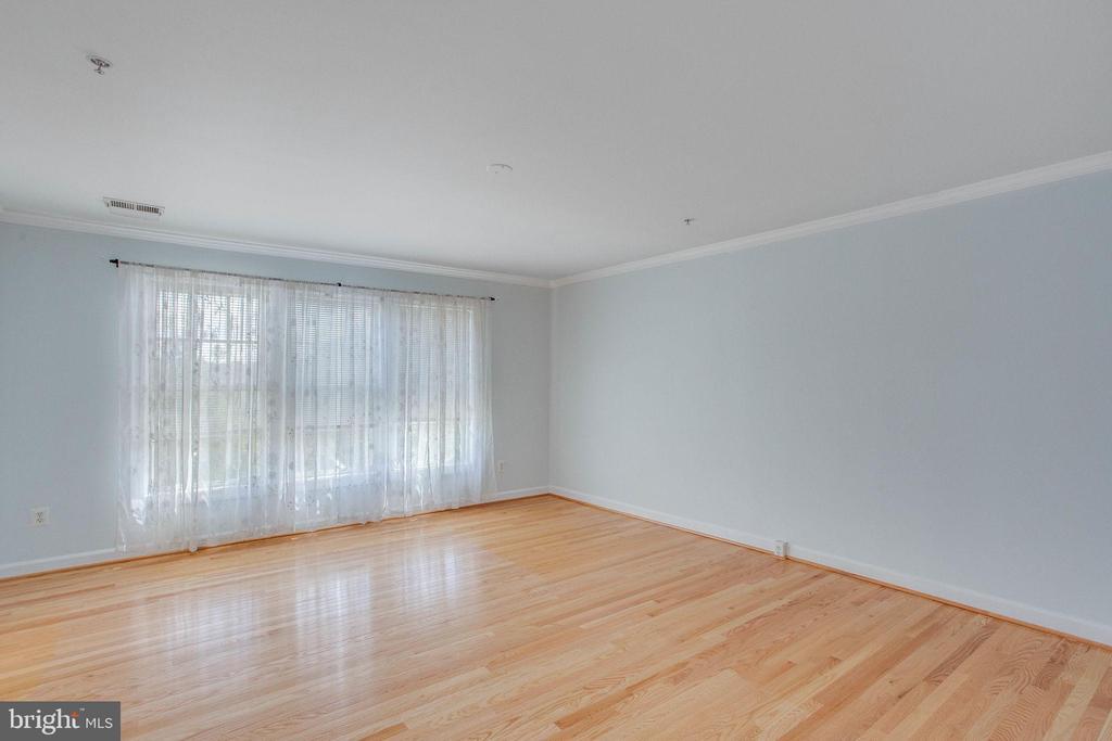 Hardwood floors and crown molding in Master Bdrm - 43771 APACHE WELLS TER, LEESBURG