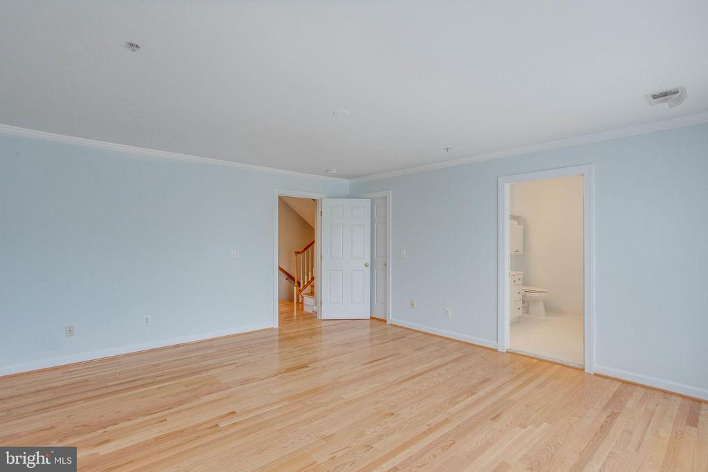 Plenty of room for your large  furniture here! - 43771 APACHE WELLS TER, LEESBURG