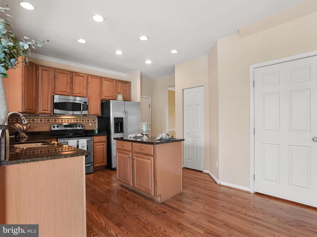 Kitchen- Garage entrance /pantry/basement entrance - 2151 BALLAST LN, WOODBRIDGE
