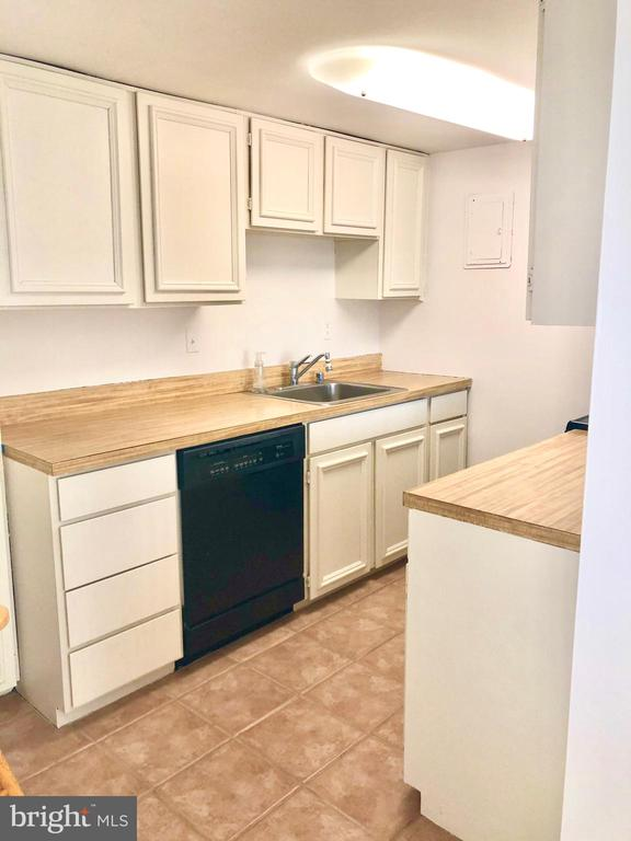 Kitchen -black/white.beige color scheme - 1300 ARMY NAVY DR #1012, ARLINGTON