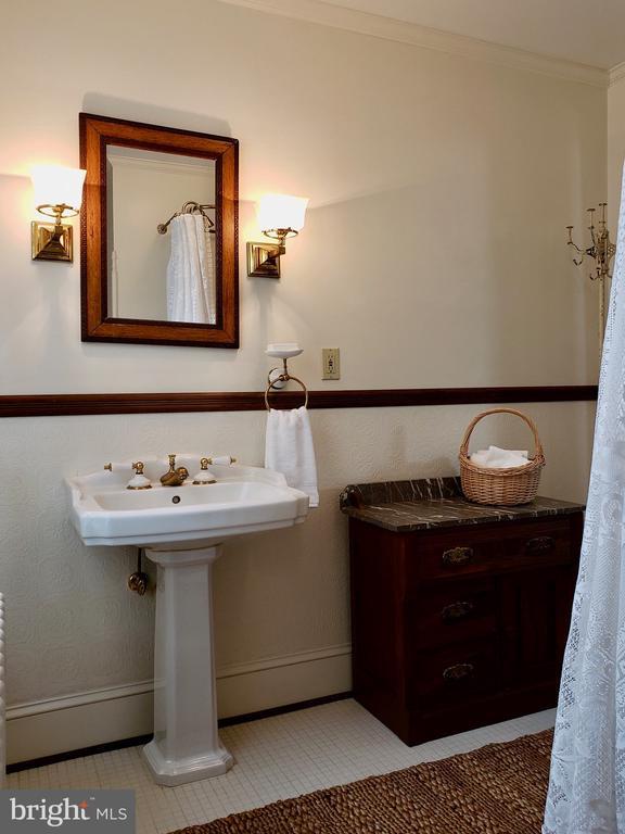 Hall bath has tile floor, pedestal sink and antiqu - 434 STATE ST, ANNAPOLIS
